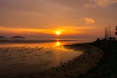 天堂热带海岛海滩,日出射击风景  免版税库存图片