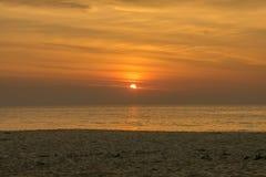 天堂热带海岛海滩,日出射击风景  库存图片