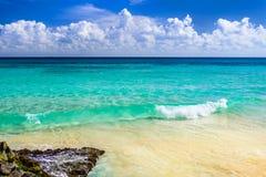 天堂自然、沙子、海水、岩石、棕榈树叶子和su 免版税库存照片
