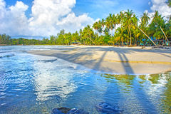 天堂自然、海和旅馆房子热带海滩的 免版税库存图片
