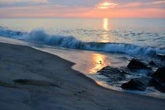 天堂般的天空和反射性海在黎明 库存图片