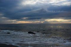 天堂般的天空和安慰性的海在黎明 免版税库存图片