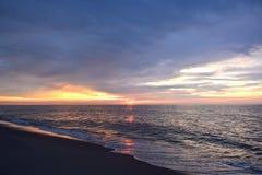 天堂般的天空和安慰性的海在黎明 免版税库存照片