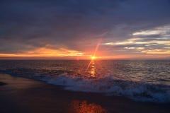 天堂般的天空和平静的海在黎明 免版税库存照片
