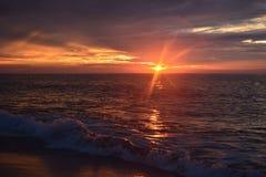 天堂般的天空和平静的海在黎明 图库摄影