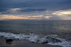 天堂般的天空和搅动海在黎明 库存照片