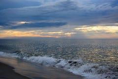 天堂般的天空和Magestic海在黎明 图库摄影