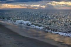 天堂般的天空和Magestic海在黎明 免版税库存图片