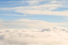 天堂般的看法高在天空云彩上 免版税库存照片