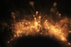 ?? ?? 天堂般的背景 黄色闪耀的光意想不到的火焰在夜空的在新年期间和 免版税库存照片