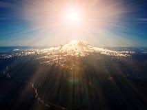 天堂般的阳光在山峰上的 免版税库存照片
