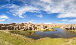 天堂风景、湖和奇怪的岩层,玻利维亚 免版税库存照片