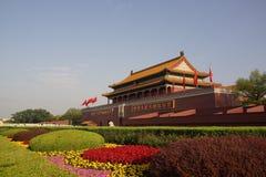 天安门和花床在北京前面 图库摄影