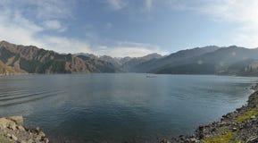 天山天堂般的湖全景  库存照片