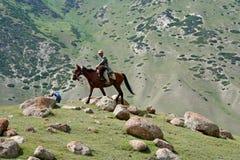 天山山的吉尔吉斯御马者 库存图片