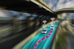 天才未来派路驾驶汽车,人工智能系统的聪明的自已的,查出对象,改变的错误车道 免版税图库摄影
