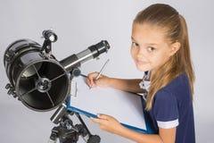 年轻天文学家在本文写观察的结果 库存图片