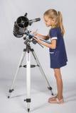 年轻天文学家在本文文件夹写观察的结果 免版税库存图片