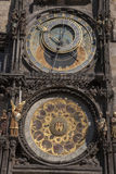 天文学时钟在老镇中心;凝视梅斯托邻里; 库存照片