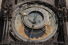 天文学时钟在老镇中心;凝视梅斯托邻里; 图库摄影
