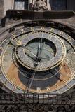 天文学时钟在老镇中心;凝视梅斯托邻里; 免版税库存照片
