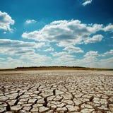 天旱地球和剧烈的天空 库存图片