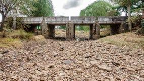 天旱河和桥梁 免版税库存照片