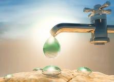 天旱,热 浇灌下落水滴在给水龙头, d外面 库存图片