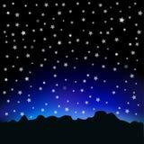 满天星斗的天空和山风景 免版税库存照片