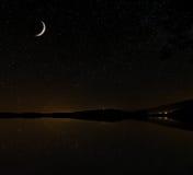 满天星斗的天空和月亮湾 免版税库存照片