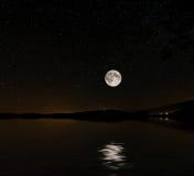 满天星斗的天空和月亮湾 库存照片