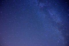 满天星斗的天空和薄雾在土地 免版税库存照片