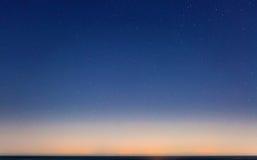 满天星斗的天空和西西里岛海岸线 图库摄影
