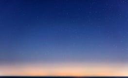 满天星斗的天空和西西里岛海岸线 库存图片