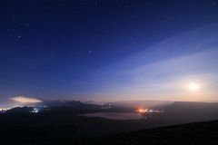 满天星斗的天空和谷 免版税库存照片