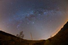 满天星斗的天空和银河在阿尔卑斯夺取了由全天相镜头有风景畸变和180度视图 仙女座, Pleia 库存照片