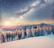 满天星斗的天空在冬天多雪的夜 喀尔巴汗,乌克兰,欧洲 免版税库存照片