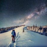 满天星斗的天空在冬天雪的晚上 银河 图库摄影