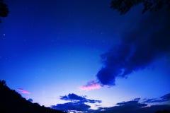 满天星斗的天空在清早 免版税库存图片