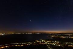 满天星斗的天空在巴拉顿湖的晚上在匈牙利 图库摄影