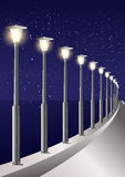 满天星斗的天空夜间海边灯柱胡同 库存图片