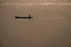 满天星斗的河和小船 库存照片
