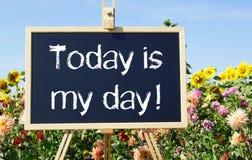 今天是我的天-黑板或画架在夏天庭院里 免版税图库摄影
