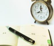 天有笔的定时器组织者和一个机械闹钟,时间安排和活动计划概念 图库摄影