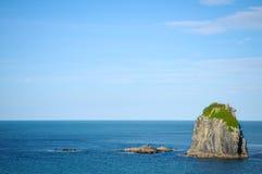 晴天有自然背景 小海岛在新西兰 小山和山在夏天 图库摄影