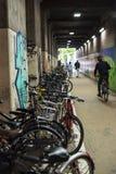 天桥充满自行车在博多站,福冈九州 免版税库存图片