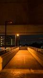 天桥在夜它黑暗,因为微光电灯泡 库存图片