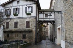 天桥在潘普洛纳老镇 免版税库存图片