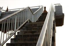 天桥的老台阶在城市 免版税库存图片