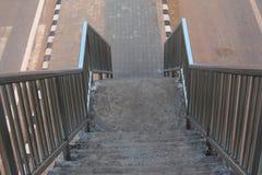 天桥的老台阶在城市 免版税库存照片